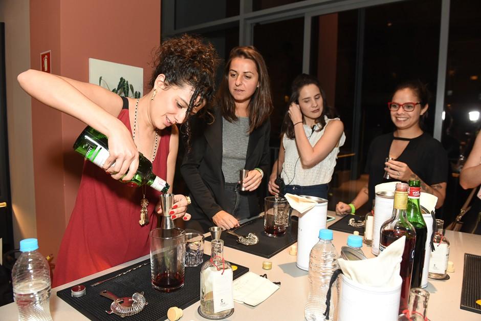Os participantes aprenderam a preparar um negroni engarrafado. Até a editora Beta Germano se arriscou (Foto: David Mazzo)