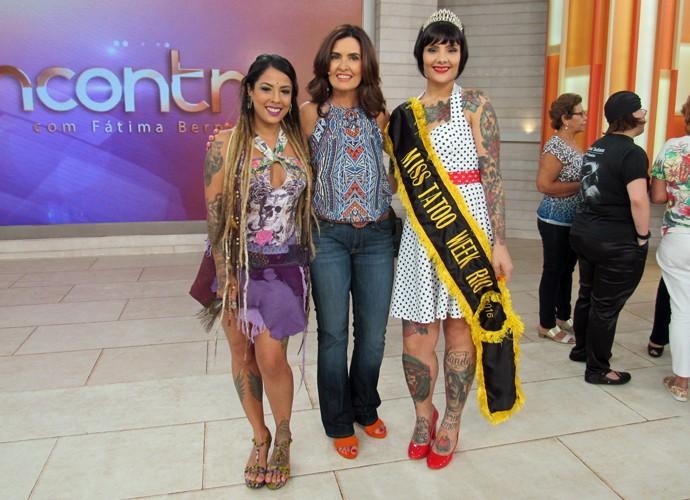 Fátima com as convidadas que falaram sobre tatuagem  (Foto: Carolina Morgado/Gshow)