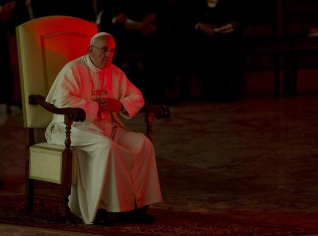 O Papa Francisco é iluminado por luz vermelha durante evento no Salão Paulo VI, no Vaticano, nesta segunda-feira (17) (Foto: AP)