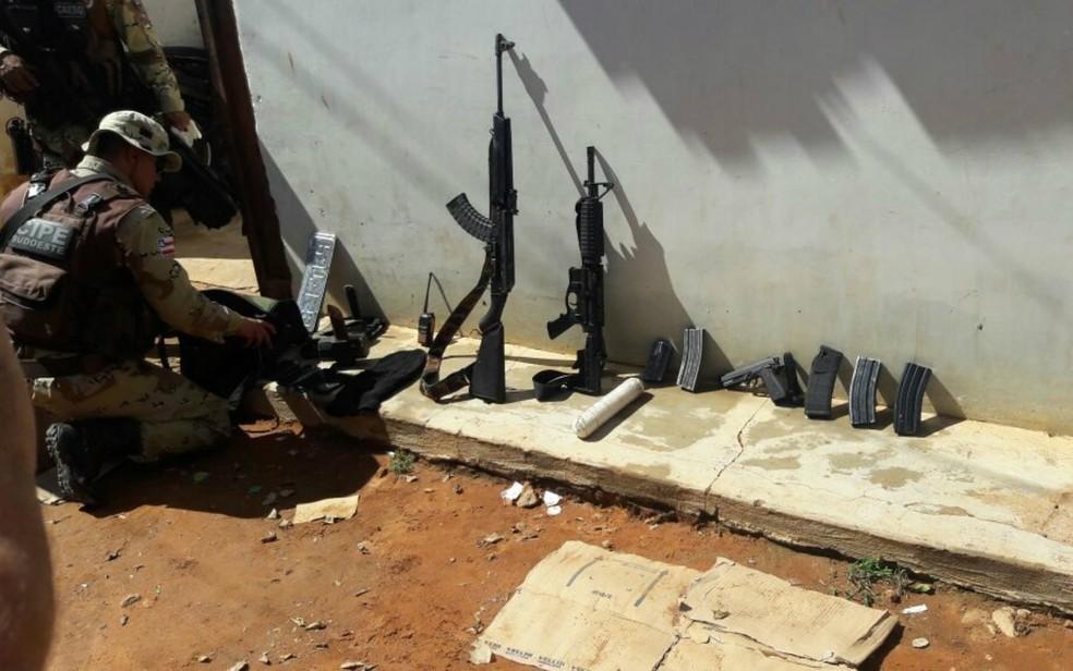 Armamento pesado foi apreendido com os suspeitos mortos no tiroteio (Foto: Divulgação/Secretaria de Segurança Pública)