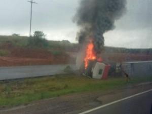 Carreta colidiu com carra da fam�lia e chamas bloquearam a BR-116 (Foto: PRF / Divulga��o)