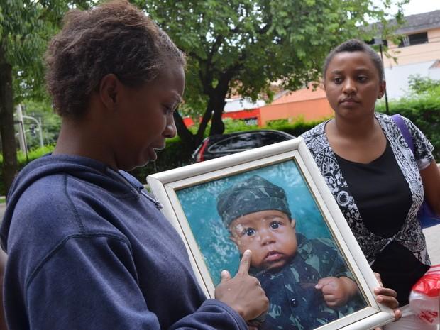 Mãe chora ao ver foto do menino espancado que morreu em Piracicaba (Foto: Fernada Zanetti/G1)