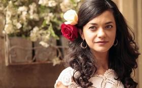 Ana Cecília ganha livro de Thiago Lacerda e guarda na bolsa da personagem