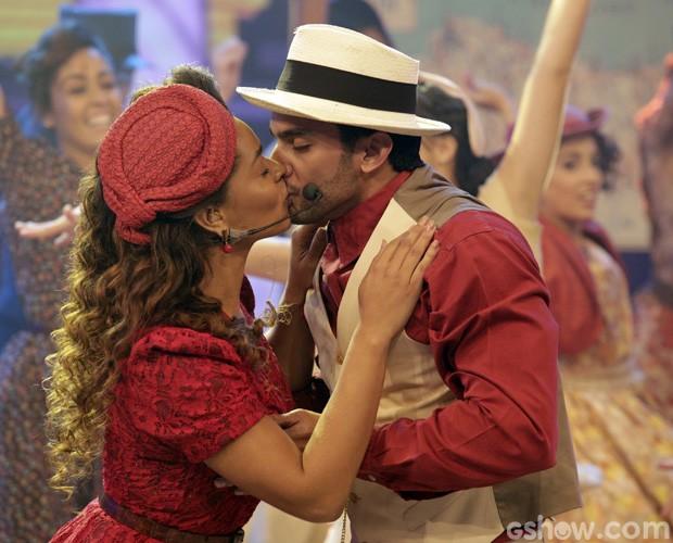 Juliana Alves dá beijão em apresentação (Foto: Fábio Rocha / TV Globo)