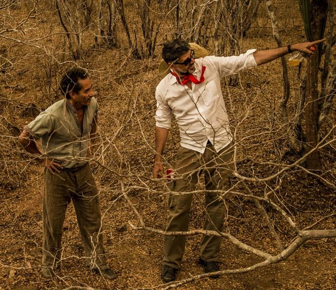 Luiz Fernando Carvalho e Chico Diaz ensaiam as cenas no sertão nordestino (Foto: Caiuá Franco/ Globo)