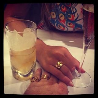 Andressa Urach posta foto com homem e chama atenção por aliança na mão direita (Foto: Instagram)