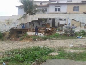 Moradores do local relatam que desabamento foi causado pelas chuvas e erosão do mar (Foto: Ferreira Júnior/Arquivo Pessoal)