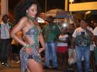 Camila Silva usa vestido curtinho em ensaio de rua no Rio