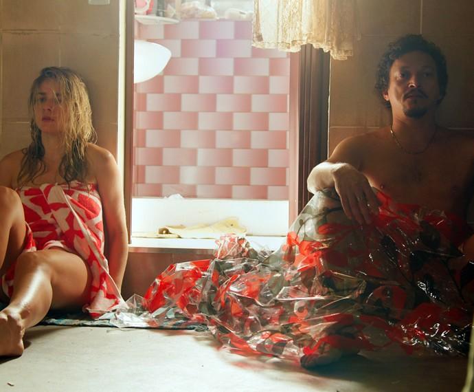 Tina e Oziel se recuperam da tarde quente (Foto: TV Globo)