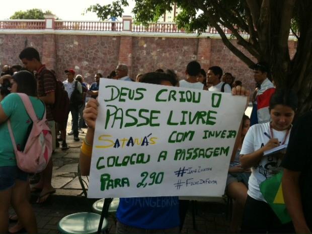 Manifestantes pedem redução da tarifa de ônibus (Foto: Tiago Melo/G1 AM)