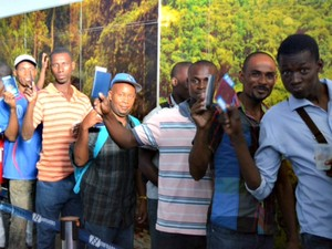 Fila haitianos acre  (Foto: Yuri Marcel/G1)