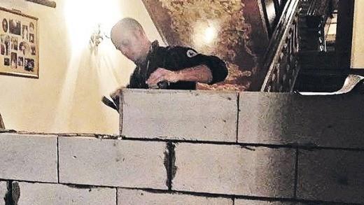 Muro sendo construído (Foto: Reprodução)