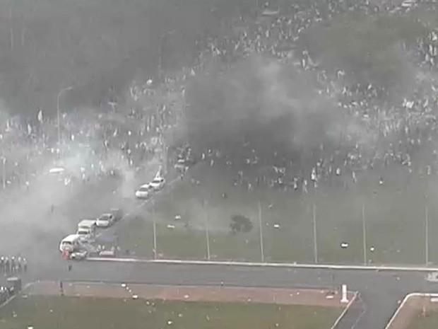 Fumaça provocada pelas bombas de gás lacrimogêneo durante protesto na Esplanada dos Ministérios nesta terça-feira (29) (Foto: Polícia Militar/Divulgação)