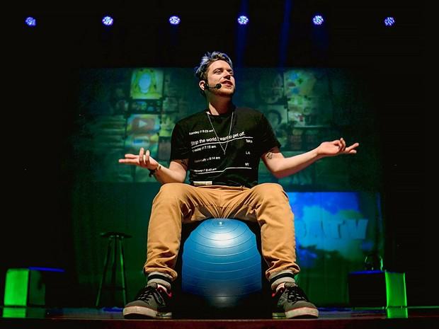O artista Lucas Feuerschütte, que apresenta o show LubaFest no Teatro Unip, em Brasília, neste sábado (12) (Foto: Bred Oliveira/Divulgação)