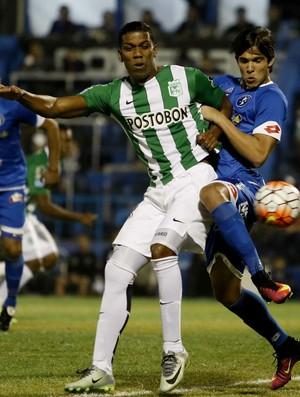 Luis Amarilla do Sol de América e Orlando Berrío do Atlético Nacional  (Foto: EFE)