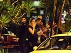 Grávida, Luana Piovani janta com o marido, Pedro Scooby, no Rio