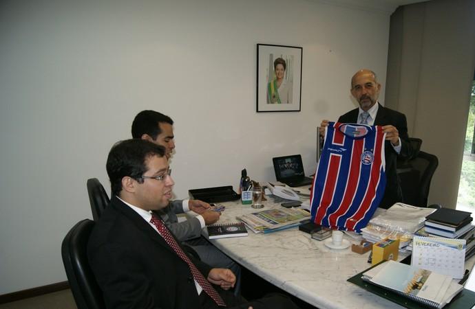 presidente do Bahia visita secretário de esporte (Foto: Marcelo Reis / Divulgação / Setre)