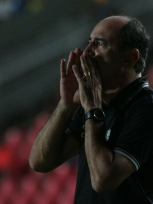 Vinícius Eutrópio, treinador do Figueirense, em jogo no Castelão pela Copa do Brasil (Foto: Biaman Prado / O Estado)