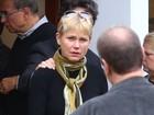 Familiares e amigos vão a velório e enterro do irmão de Xuxa Meneghel