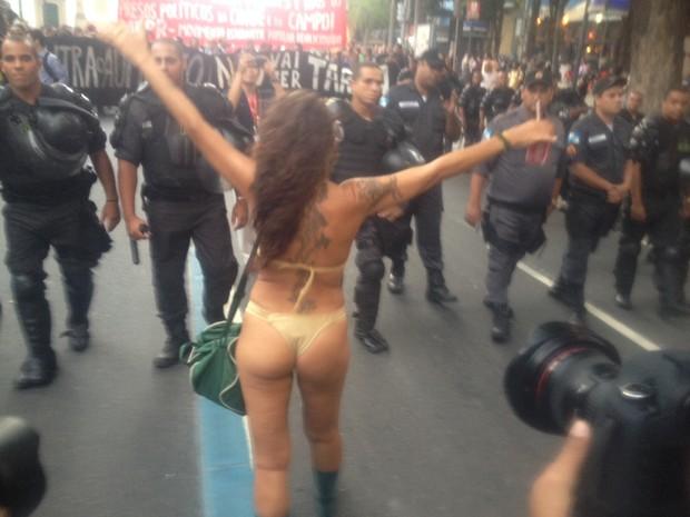 Ativista de biquíni participa de protesto (Foto: daniel silveira/g1)