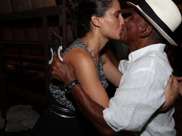 Camila Pitanga dá selinho no pai, Antonio Pitanga, em estreia de peça no Rio (Foto: Anderson Borde/ Ag. News)