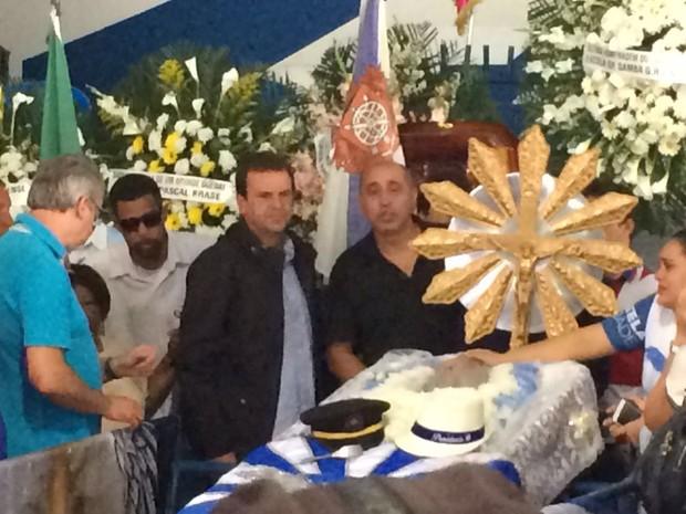 Eduardo Paes  no velório de Marcos Falcon (Foto: EGO)