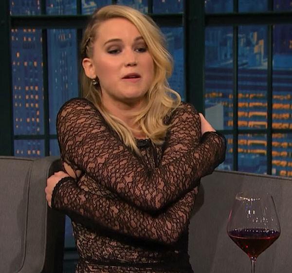 Jennifer Lawrence encena briga de bar e exibe, sem querer, o buraco em seu vestido (Foto: Reprodução/YouTube)