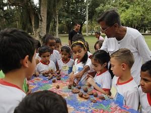 Figureiro dá oficinas de trabalho com argila no Museu do Folclore (Foto: Reprodução/Museu do Folclore)