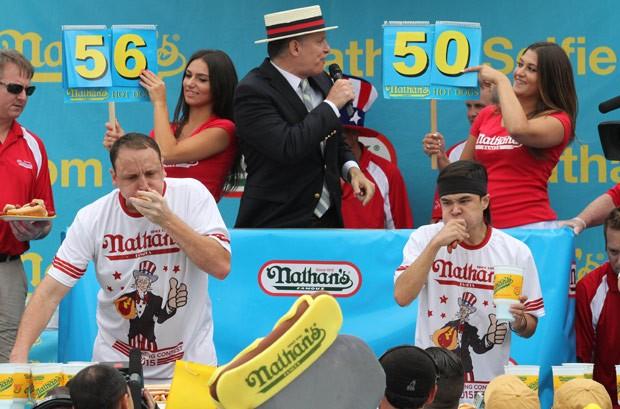 Stonie (direita) bateu o oito vezes campeão do torneio ao devorar 62 hot dogs em dez minutos (Foto: Andrew Kelly/Reuters)