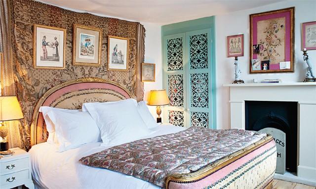A cama marquesa dourada foi comprada pelo eBay (Foto: Tim Beddow)
