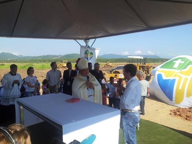 O arcebispo do Rio de Janeiro, dom Orani Tempesta, participou nesta terça-feira (19) de cerimônia para dar bênção ao Campus Fidei, local onde acontecerá a vigília e missa do papa na Jornada Mundial da Juventude, em julho.  O terreno fica em Guaratiba, na  (Foto: Andressa Gonçalves/G1)