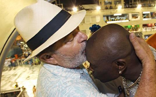 Lula beija a cabeça de Neguinho da Beija-Flor em um camarote, no Sambódromo, em 2009