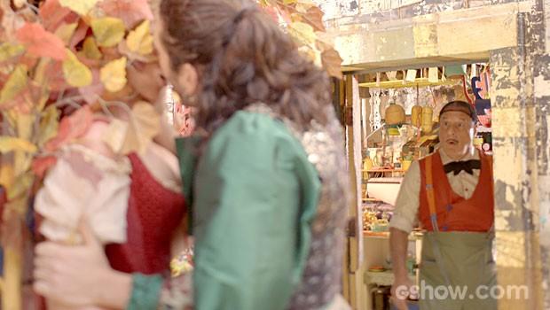 Os pombinhos se beijam, mas o pai da moça pega os dois no flagra (Foto: Meu Pedacinho de Chão/TV Globo)
