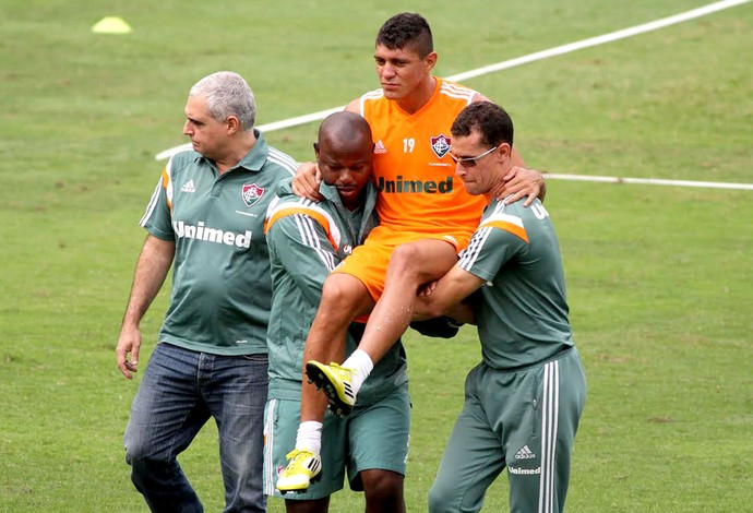 Edson deixa o treino do Fluminense (Foto: Fernando Cazaes / Photocamera)
