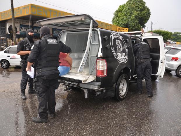 Presos na Operação Firewall estão sendo encaminhados para a Central de Polícia  (Foto: Walter Paparazzo/G1)