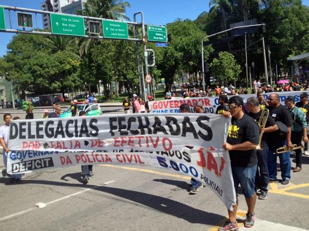 Policiais saíram em passeata da Praça do Derby, cruzaram a Avenida Agamenon Magalhães e seguiram pela Conde da Boa Vista (Foto: Kety Marinho / TV Globo)
