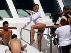De shortinho, Jennifer Lopez grava clipe em iate rodeada de fortões