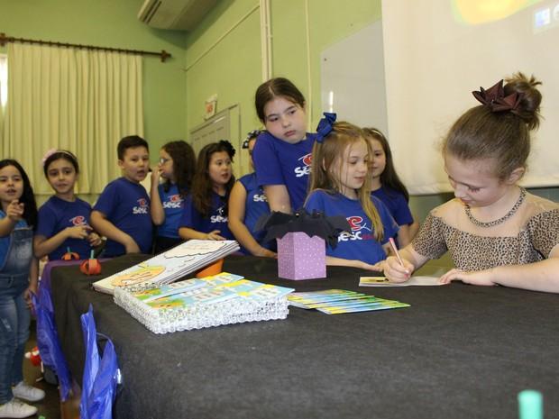 Júlia autografou livro para colegas de escola, amigos e familiares (Foto: Satc/Divulgação)