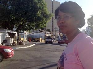 Dirlene Silva, atendente de farmácia, enfrentou dificuldades para pegar ônibus na manhã desta quarta (Foto: Juliana Almirante/G1)