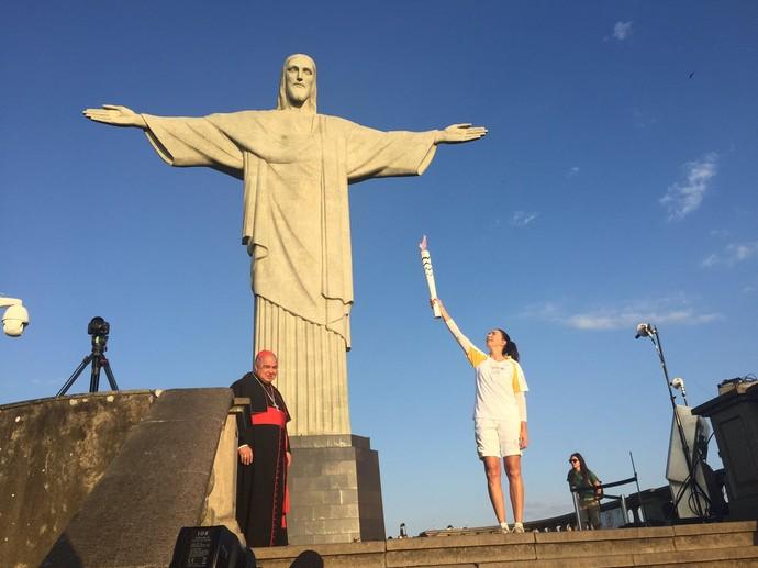 Isabel, ex-jogadora de vôlei, recebe a chama olímpica no Cristo Redentor (Foto: Zeca Azevedo)