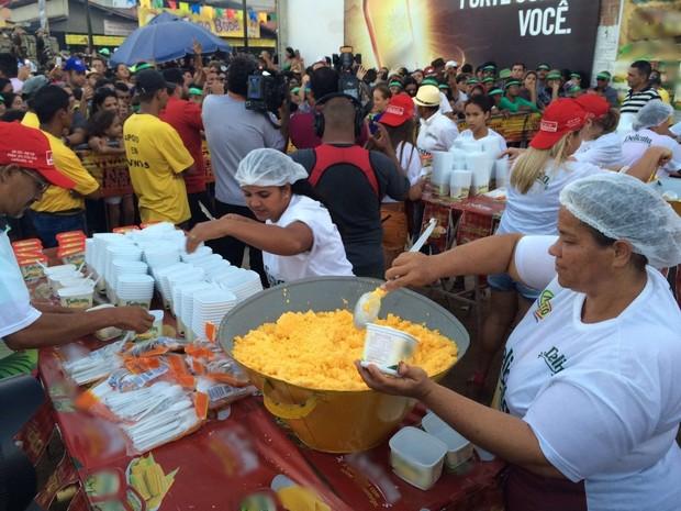 Foram distribuídos 800 kg de cuscuz para o público, segundo a organização do evento (Foto: Franklin Portugal / TV Asa Branca)