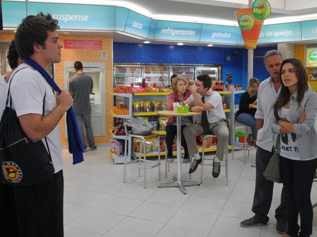 O clima fica tenso entre Betão, Natália e Nelson na lanchonete (Foto: Malhação / Tv Globo)