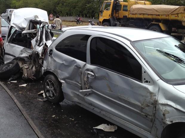 Caminhão-tanque envolvido no acidente se chocou com dois outros caminhões e dois carros (Foto: Walter Paparazzo/G1)