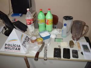 Polícia apreende drogas dentro de casa onde homem era mantido em cárcere em Varginha (Foto: Lucas Soares / G1)
