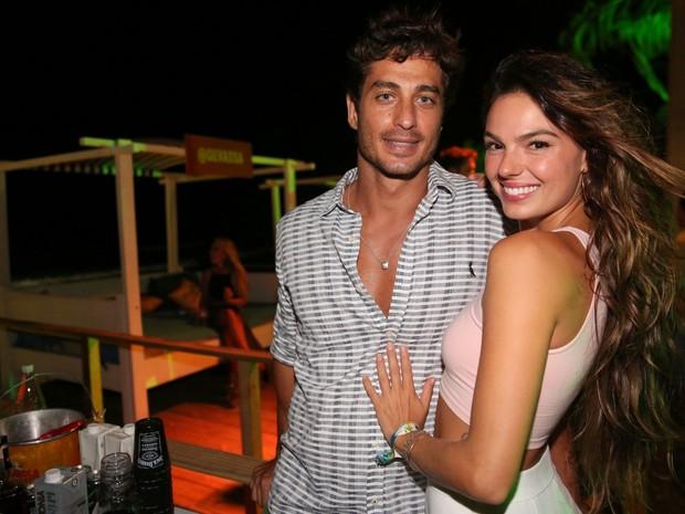 Isis Valverde e o namorado, André Resende, em festa em Maraú, na Bahia (Foto: Denilson Santos e Francisco Silva/ Ag. News)