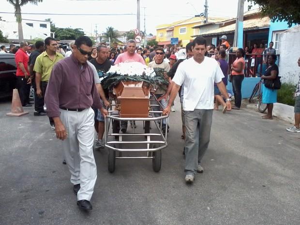 Enterro em São Pedro da Aldeia (Foto: João Phelipe Soares / G1)