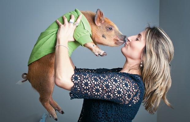 """O BEBÊ DA CASA A publicitária Andrea Mendes com Jamon, seu porquinho de 7 meses. """"São mais espertos que os cães e muito carinhosos."""" Ainda por cima, não latem (Foto: Letícia Moreira/ÉPOCA)"""
