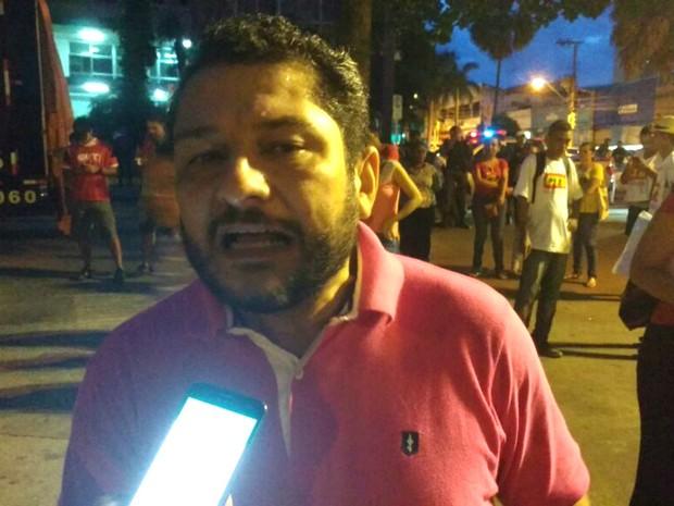 Ex-juiz federal Julier Sebastião da Silva participa da manifestação (Foto: Renê Dióz/ G1)