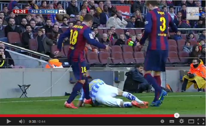 Jordi Alba chuta adversário