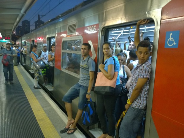 Passageiros enfrentavam problemas na Linha 9 da CPTM nesta quinta-feira (6) (Foto: Ardilhes Moreira/G1)
